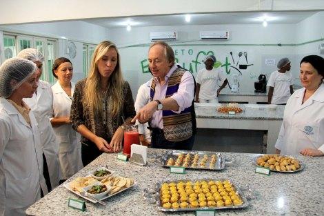 A superintendente de Território e Cidadania, Ingrid Gerolimich, e o secretário estadual do Ambiente, Carlos Minc, provam quitutes do Projeto EcoBuffetFoto: Luiz Morier