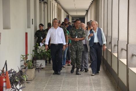 Molon, General De Souza,  e Minc chegam na reunião na Sede da Força de Pacificação. Foto: Comunicação Social da Força de Pacificação Maré