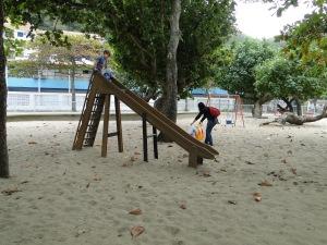 Crianças brincam na Praça do Leme, uma das áreas contaminadas apontada por estudo
